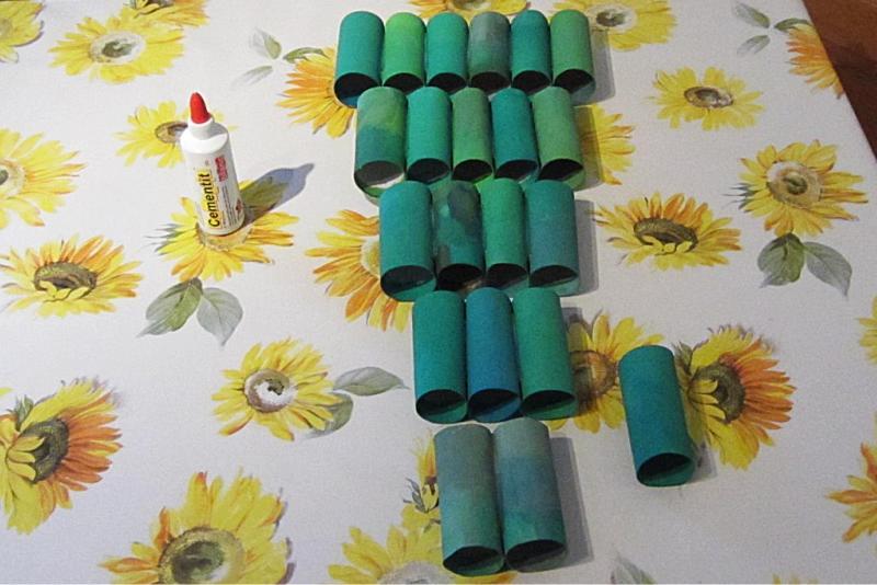 selber gebastelter adventskalender aus recycling papierrollen. Black Bedroom Furniture Sets. Home Design Ideas